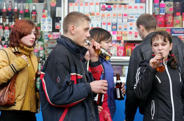 молодежь с пивом
